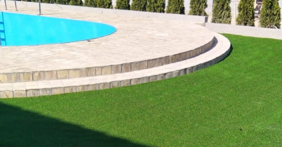 veštačka trava oko bazena, kolekcija Terraza